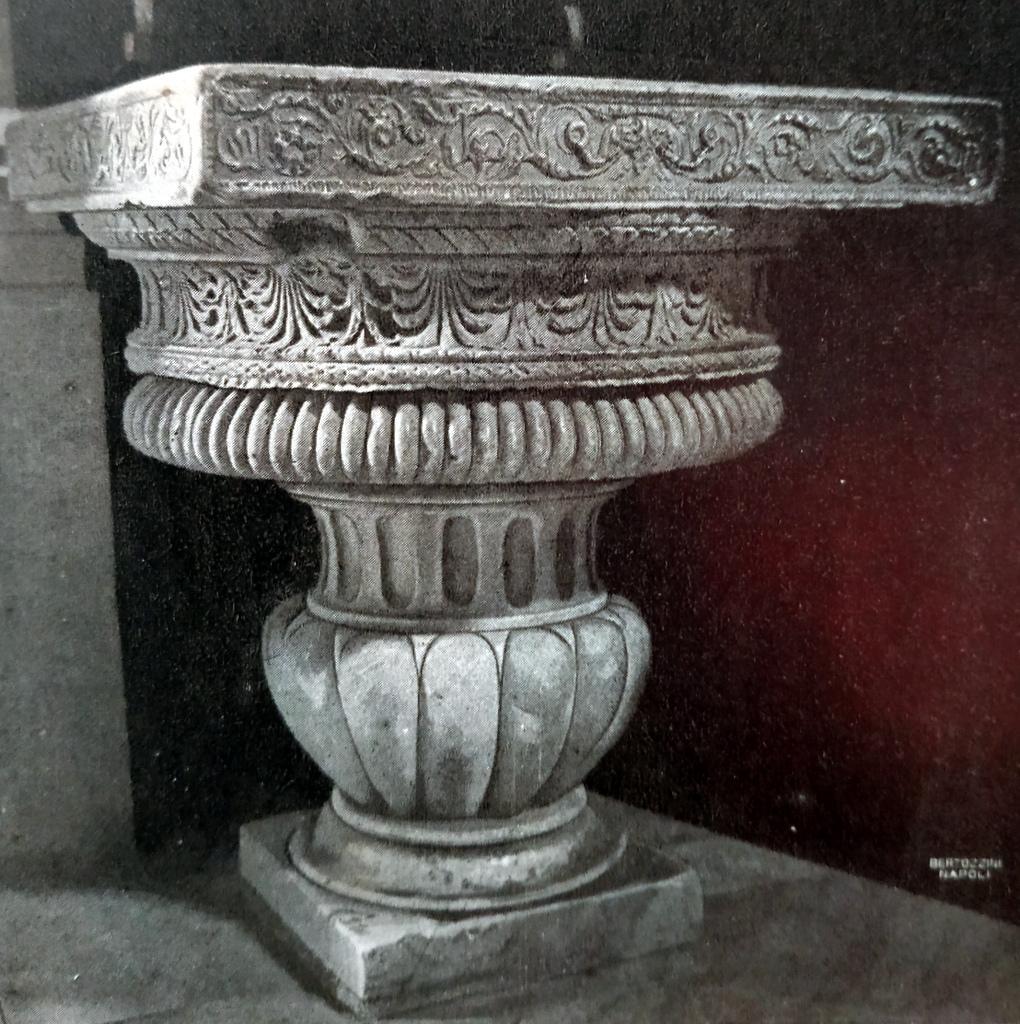 l'acquasantiera ricavata da una base di colonna